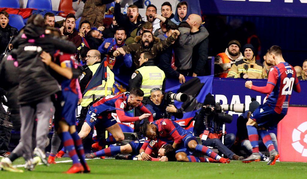 Los jugadores del Levante celebran el empate de Pazzini en el minuto 89.