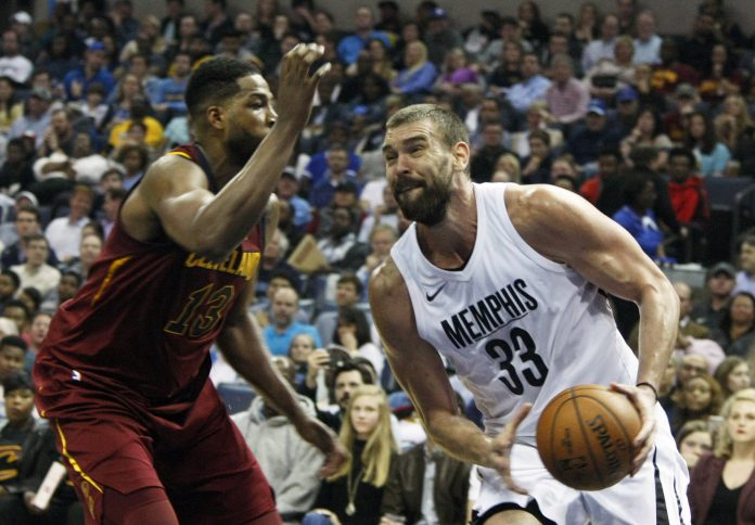 El jugador de los Memphis Grizzlies intenta esquivar a Tristan Thompson de los Cleveland Cavaliers.