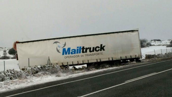 Un camión de salió de la calzada, en la autopista AP-6, debido al hielo. / e.a.