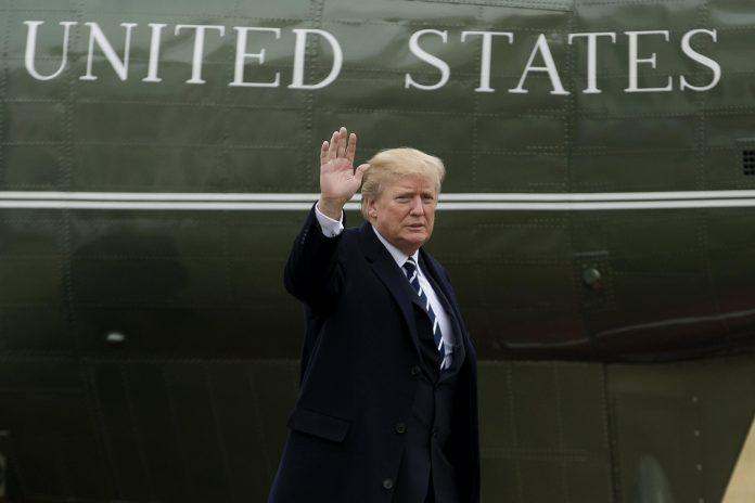 El presidente de los Estados Unidos desciendo ayer del Marine One tras aterrizar en el Ala Sur de la Casa Blanca.