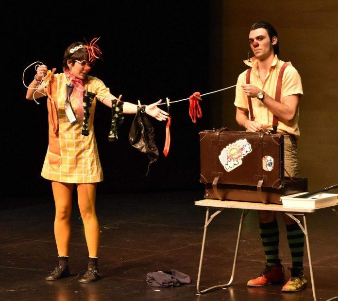 El espectáculo 'Anticiclón clown' lo realizan un par de payasos profesionales que también hacen malabares.