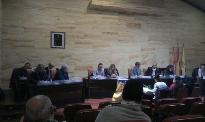 El presupuesto municipal, de más de cinco millones, fue aprobado con los votos a favor de PSOE y del concejal no adscrito. / E. A.