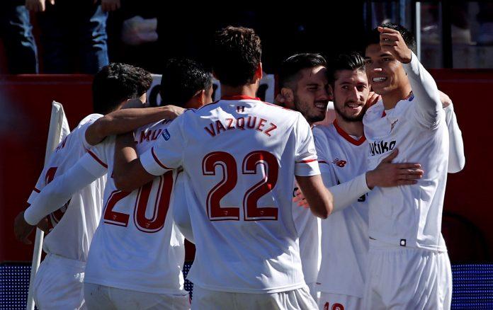 Los jugadores del Sevilla felicitan a Sarabia (17) tras marcar el gol del triunfo.