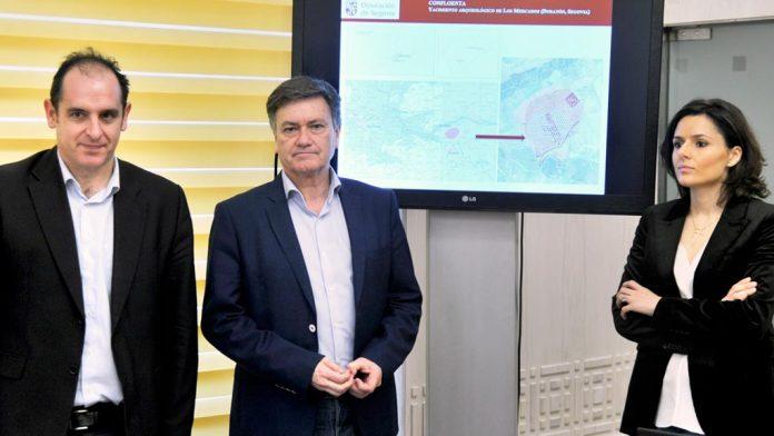 Vázquez (centro) con Santiago Martínez y Sara Dueñas, en la presentación de los hallazgos. / Kamarero