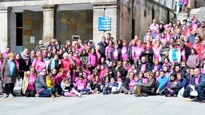 Foto de familia de los participantes ayer en la sexta edición de la Marcha Cofrade, en el Azoguejo. / kamarero