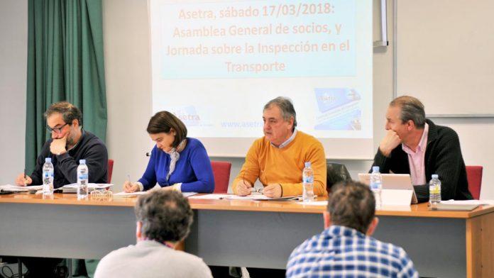 Miembros de la junta directiva de Asetra, con el presidente en el centro, durante la asamblea general ayer en el Centro de Transportes. /kamarero