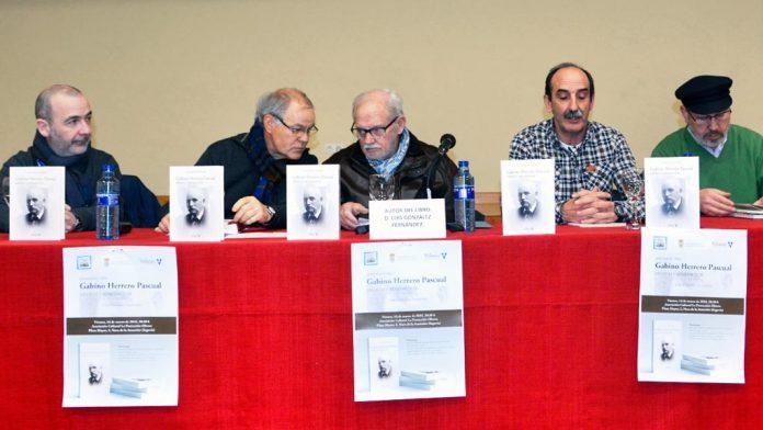 El escritor Luis González, en el centro, con Cristian Velasco, Francisco Marugán, Juan José Maroto y Amador Marugán. / A.D.