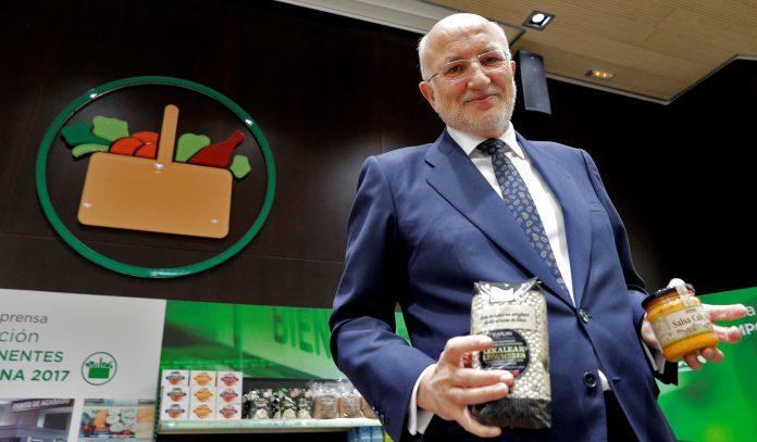 El presidente de Mercadona, Juan Roig (centro), muestra algunos de los nuevos productos de la cadena.