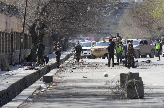 Las autoridades afganas revisan el lugar donde Estado Islámico ha perpetrado el ataque en Kabul.