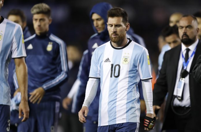Leo Messi se retira contrariado tras perder un partido con Argentina de clasificación para el Mundial de Rusia.