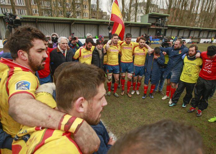 Los jugadores de España hacen piña tras la derrota en Bélgica.