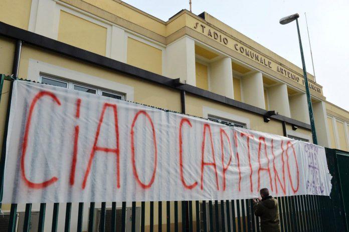 El Estadio Artemio Franchi, donde juega la Fiorentina, se ha convertido en un altar improvisado a Davide Astori.