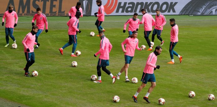Los jugadores del Atlético de Madrid realizan varios ejercicios en Moscú durante el entrenamiento previo.