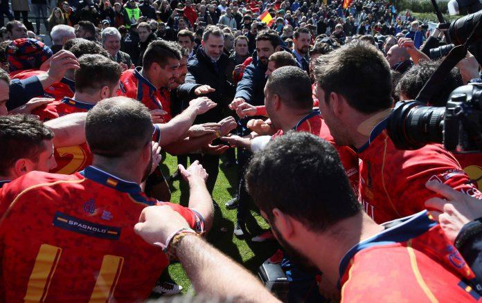 El Rey Felipe VI vio el partido y acompañó a los jugadores de la Selección Española de rugby en la piña tras arrollar a Alemania.