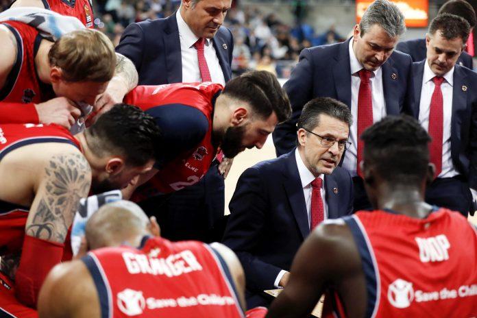 Pedro Martínez da instrucciones a sus jugadores durante un partido anterior de la Euroliga.