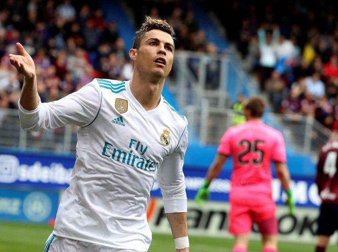 Cristiano Ronaldo celebra su primer gol ante el Eibar tras aprovechar un gran pase de Modric para derribar la resistencia de un combativo Eibar.