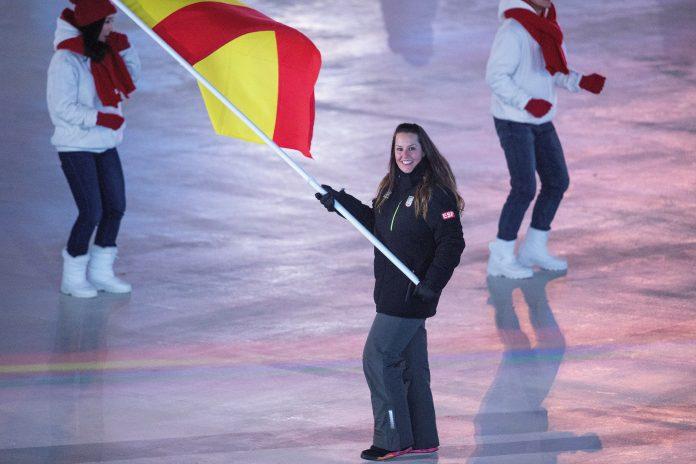 La abanderada española Astrid Fina desfila en la ceremonia inaugural.