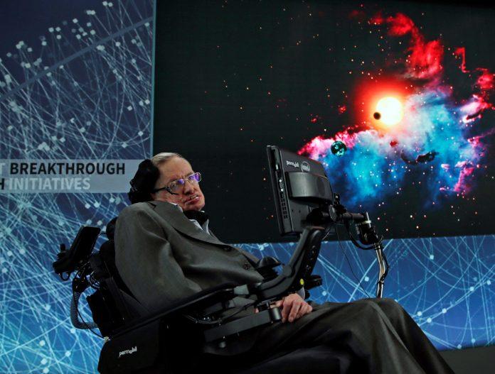 El científico británico Stephen Hawking atiende una rueda de prensa en el One World Trade Center, en Nueva York, Estados Unidos, el pasado 12 de abril de 2016.