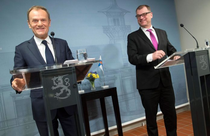El primer ministro de Finlandia, Juha Sipilä (d), y el presidente del Consejo Europeo, Donald Tusk, en rueda de prensa.