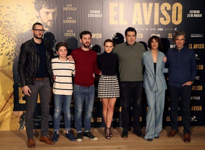 El reparto de 'El aviso' posa durante la presentación de la película comandado por su director, Daniel Calparsoro(3d).