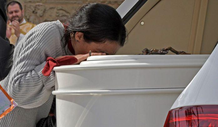 La madre de Gabriel Cruz acompaña el féretro a la salida de la Catedral de Almería, donde en la mañana de ayer se celebró el funeral por el pequeño.