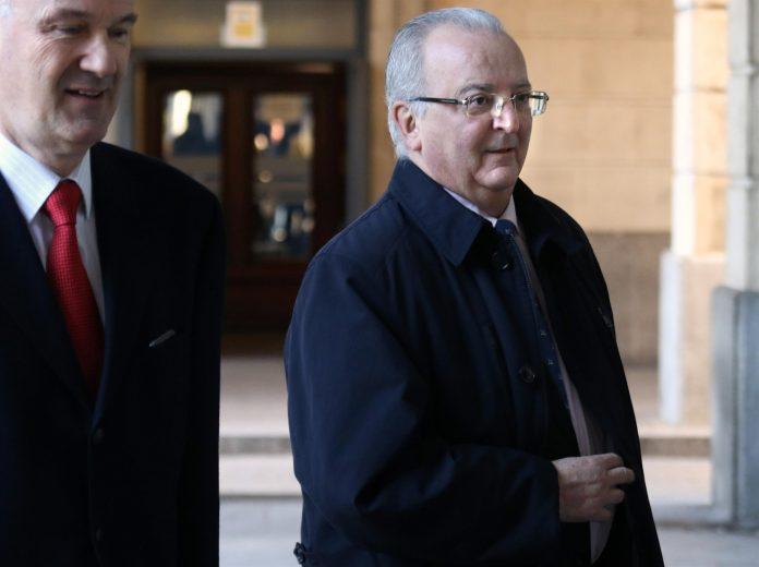 El exconsejero de Empleo y viceconsejero del ramo (anteriormente), Antonio Fernández, junto a su abogado.