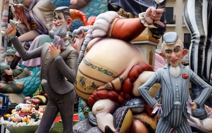 Los artistas falleros recurren a la sátira con ninots como los de la imagen, de Mariano Rajoy y Cristóbal Montoro.