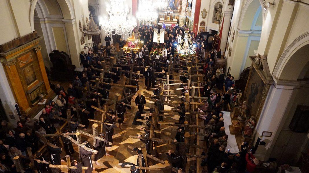 Los penitentes, con sus cruces de más de 100 kg, cantaron la salve en la iglesia del Rosario.
