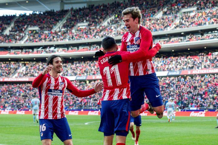 Griezmann celebra con Correa el tercer tanto del Atlético, obra del argentino.