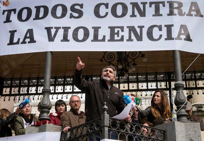 Juan José Cortés, el padre de Mari Luz, ayer durante la concentración en Huelva para no derogar la prisión permanente.