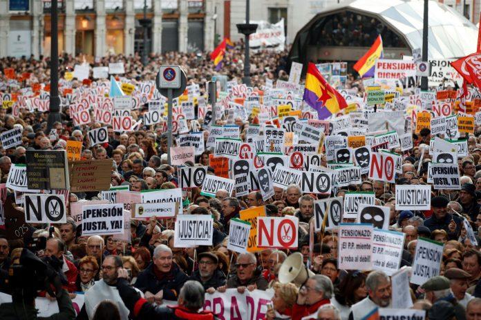 """Los pensionistas de Madrid desafiaron a las inclemencias del tiempo para protestar por la """"subida de miseria""""."""