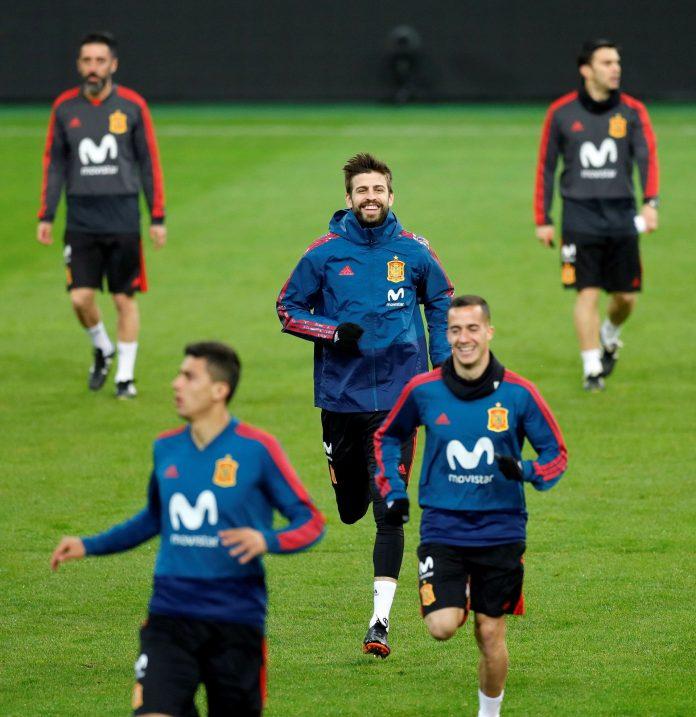 Los internacionales Gerard Piqué (arr) y Lucas Vázquez en el entrenamiento.