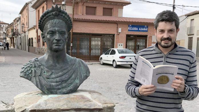 Cabañero, con un ejemplar de su libro, junto al busto de Teodosio. / E.A.