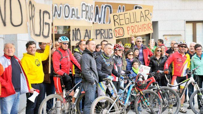 Los aficionados a la bicicleta de montaña realizaron ayer su primera protesta en Segovia, ante la Delegación Territorial de la Junta. / kamarero