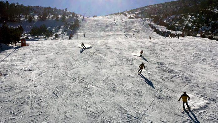 Esquiadores deslizándose por una de las pistas de la estación de La Pinilla. / el adelantado