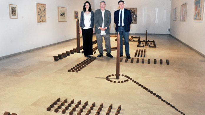 Ana Doldán, Miquel Navarro y Francisco Vázquez, junto a la obra del valenciano. / kamarero