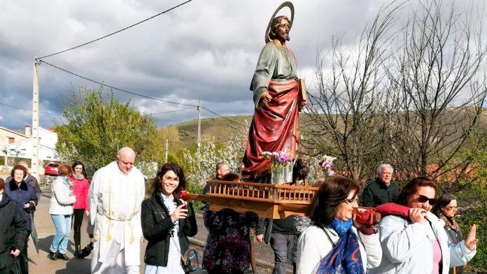 Procesión con la imagen de San Marcos. / E.A.