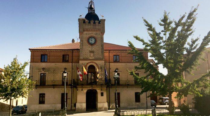 Fachada actual del Ayuntamiento de Carbonero el Mayor, muy deteriorada. / el adelantado