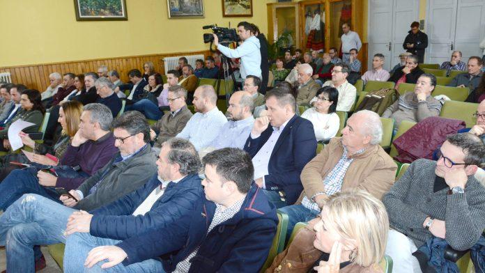 Alcaldes, parlamentarios y concejales socialistas asistieron a la jornada, junto a vecinos de Nava. / amador marugán