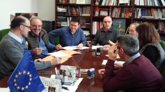 Los representantes de los seis grupos en la sede de Adri en Villalón de Campos. / el adelantado