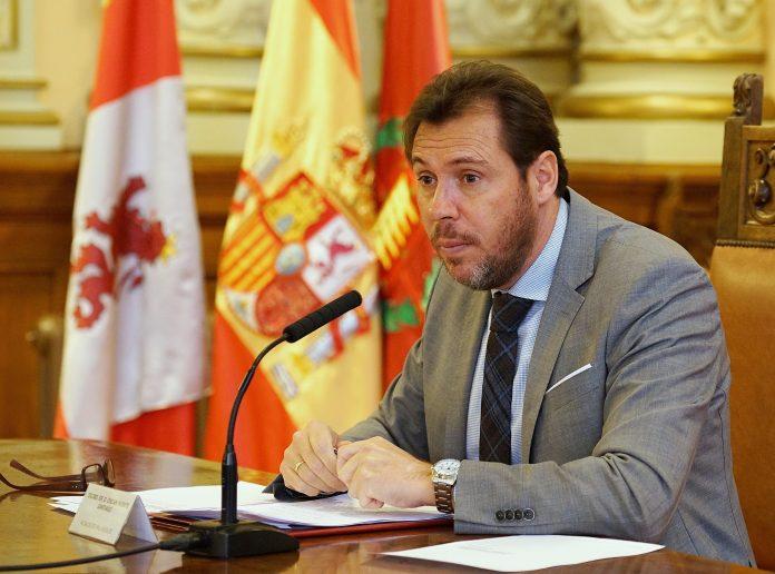 El alcalde de Valladolid, Óscar Puente, durante una rueda de prensa ante los medios de comunicación.