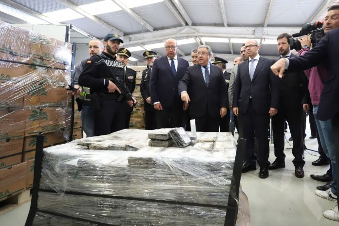 El ministro del Interior, Juan Ignacio Zoido, ante el alijo cocaína incautado en el puerto de Algeciras.