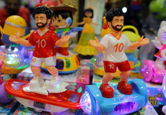 Una tienda de Egipto muestra a dos muñecos de Mohamed Salah con los colores de Liverpool y Roma, que hoy se enfrentan en la Champions.