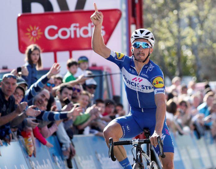 El corredor francés Julian Alaphilippe celebra la victoria durante la primera etapa de la Vuelta al País Vasco.