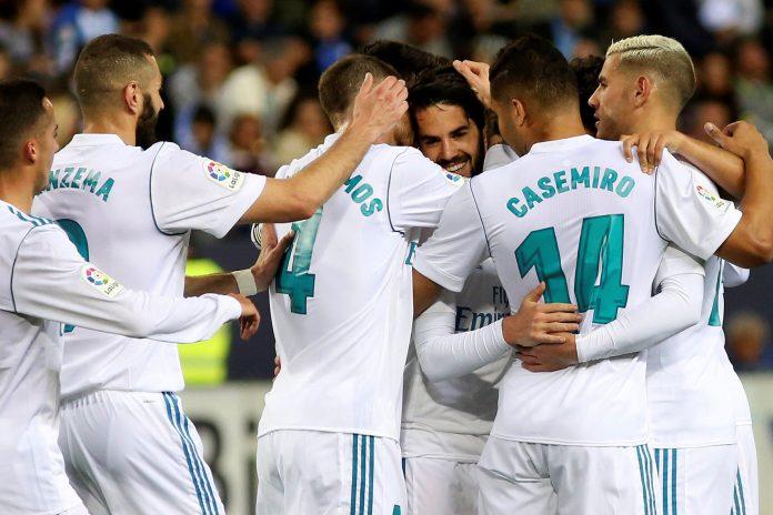 Los jugadores del Real Madrid felicitan a Isco tras marcar de falta directa el primer gol en la victoria ante el Málaga en La Rosaleda.
