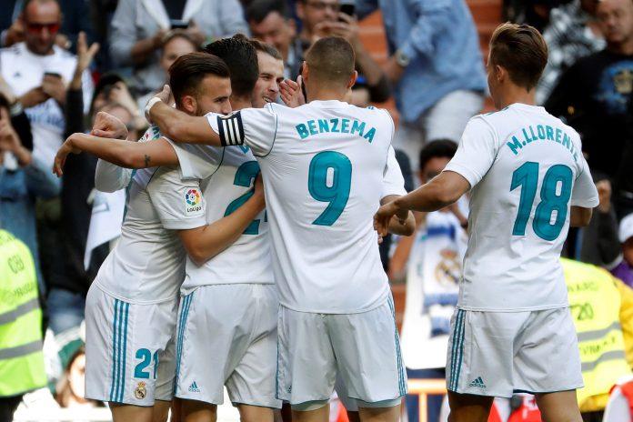 Los jugadores del Real Madrid abrazan a Gareth Bale después de que el galés abriese el marcador ante el Leganés.