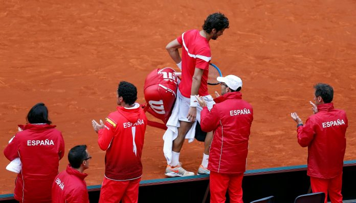 El jugador del equipo español Feliciano López abandona la pista al término del partido de dobles en Valencia.