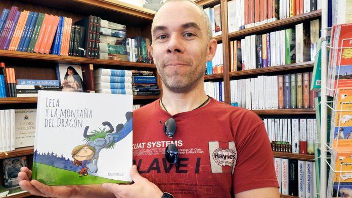 Almondroguez, con un ejemplar de su libro. / G. H.