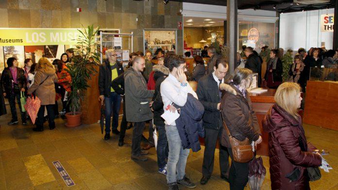Filas de seguidores del arte de las marionetas que ayer esperaban turno para comprar sus entradas. / Nerea Llorente