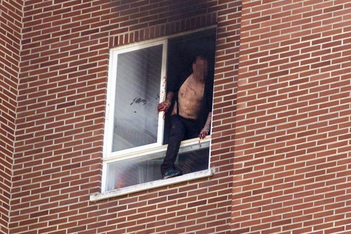 El presunto asesino se tiró desde un octavo piso tras atacar a las víctimas y prender fuego a la vivienda.